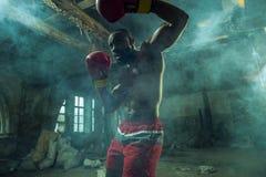 Main de boxeur au-dessus de fond noir Concept de force, d'attaque et de mouvement photographie stock