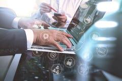 Main de Businessman de concepteur utilisant le téléphone intelligent, onli mobile de paiements Image libre de droits