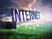 Main de Businesswomans présentant l'Internet de mot Photographie stock libre de droits