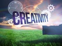 Main de Businesswomans présentant la créativité de mot Images stock