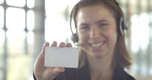 Main de carte de visite professionnelle de visite à la participation de sourire de femme d'entreprise constituée en société de ca clips vidéos