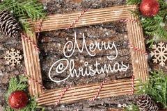 Main de carte de vacances de Joyeux Noël marquant avec des lettres Noël photographie stock