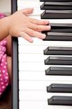 Main de chéri sur le piano Images libres de droits