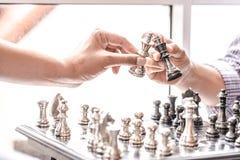 Main de chiffre en mouvement d'échecs d'homme d'affaires stratégie, jeu de société d'échecs pour des idées et concurrence et stra images stock