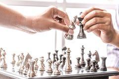 Main de chiffre en mouvement d'échecs d'homme d'affaires stratégie, jeu de société d'échecs pour des idées et concurrence et stra image libre de droits