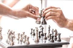 Main de chiffre en mouvement d'échecs d'homme d'affaires stratégie, jeu de société d'échecs pour des idées et concurrence et stra photographie stock