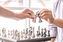 Main de chiffre en mouvement d'échecs d'homme d'affaires stratégie, jeu de société d'échecs pour des idées et concurrence et stra photographie stock libre de droits