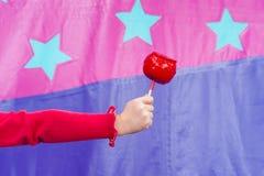 Main de Childs avec amour-Apple Photographie stock