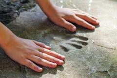 Main de Childs et handprint mémorable en béton photographie stock libre de droits