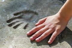 Main de Childs et handprint mémorable en béton images stock