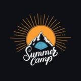 Main de colonie de vacances écrite marquant avec des lettres le logo, le label, l'insigne, l'emblème avec le soleil, la montagne  Photos libres de droits