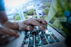 main de concepteur fonctionnant avec l'ordinateur portable et le diamètre numérique de couche d'affaires Photo stock