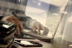 Main de concepteur fonctionnant avec le comprimé numérique et l'ordinateur portable Images libres de droits