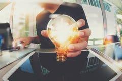 main de concepteur montrant la stratégie commerciale créative avec l'ampoule photographie stock