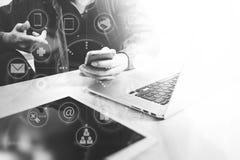 Main de concepteur utilisant des achats en ligne de paiements mobiles, canal d'omni Photo stock