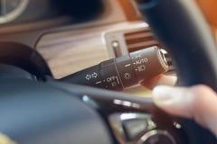 Main de conducteur utilisant le signe de lumière de contrôle de bâton de bras de commutateur photos stock