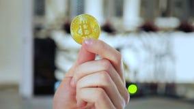 Main de culture montrant le bitcoin d'or banque de vidéos