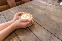 main de cuvette de café image stock