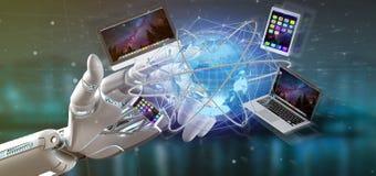 Main de cyborg jugeant un ordinateur et des dispositifs montrés sur un futuri photo libre de droits