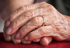 Main de dame âgée Image libre de droits