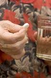 Main de dame âgée avec une tablette photographie stock