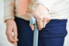 Main de dame âgée sur la canne Photographie stock libre de droits