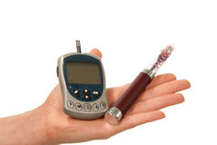 Main de diabète avec le glucometer de seringue d'insuline Photographie stock libre de droits