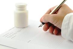 Main de docteur avec un crayon lecteur d'encre Photographie stock libre de droits