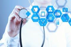 Main de docteur de médecine fonctionnant avec l'interface moderne d'ordinateur Photo libre de droits