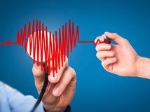 Main de docteur de portrait de plan rapproché écoutant le battement de coeur au coeur SH Photos stock