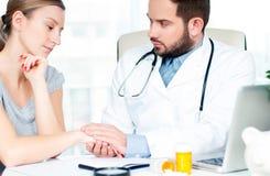 Main de docteur rassurant sa patiente de femme photographie stock