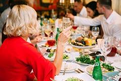 Main de femme élégante tenant le verre de champagne et de grillage Image stock