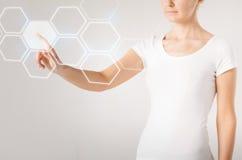 Main de femme appuyant sur le bouton virtuel image libre de droits