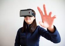 Main de femme augmentée et contact quelque chose Photos libres de droits