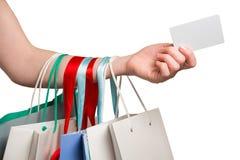 Main de femme avec beaucoup de sacs et carte de crédit Image libre de droits