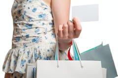 Main de femme avec beaucoup de sacs et carte de crédit Photographie stock libre de droits