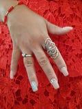 main de femme avec des accessoires dans une robe rouge images libres de droits