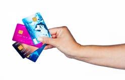 Main de femme avec des cartes de crédit Images stock