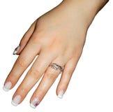 Main de femme avec l'anneau de mariage, d'isolement Images stock