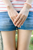Main de femme avec l'anneau en forme de coeur de l'argent Photo stock