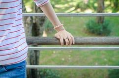 Main de femme avec l'anneau en forme de coeur de l'argent sur le pont en bois Images libres de droits