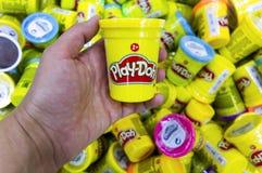 Main de femme avec la boîte de Play-Doh Photos libres de droits