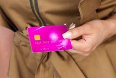 Main de femme avec la carte de crédit Image stock