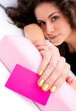 Main de femme avec la carte de visite professionnelle de visite pour le salon de beauté Photo stock