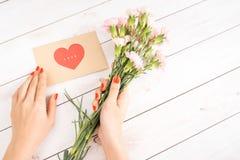 Main de femme avec la lettre d'amour rouge de prise de clou Photo libre de droits