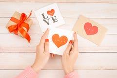 Main de femme avec la lettre d'amour rouge de prise de clou Image libre de droits