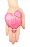 Main de femme avec la pâte en forme de coeur cassée de sel Photos libres de droits