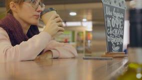Main de femme avec la tasse de café de papier banque de vidéos