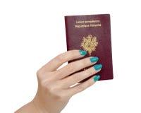 Main de femme avec le passeport français d'isolement, sur le fond blanc Photos stock