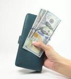 Main de femme avec le portefeuille et l'argent Image libre de droits